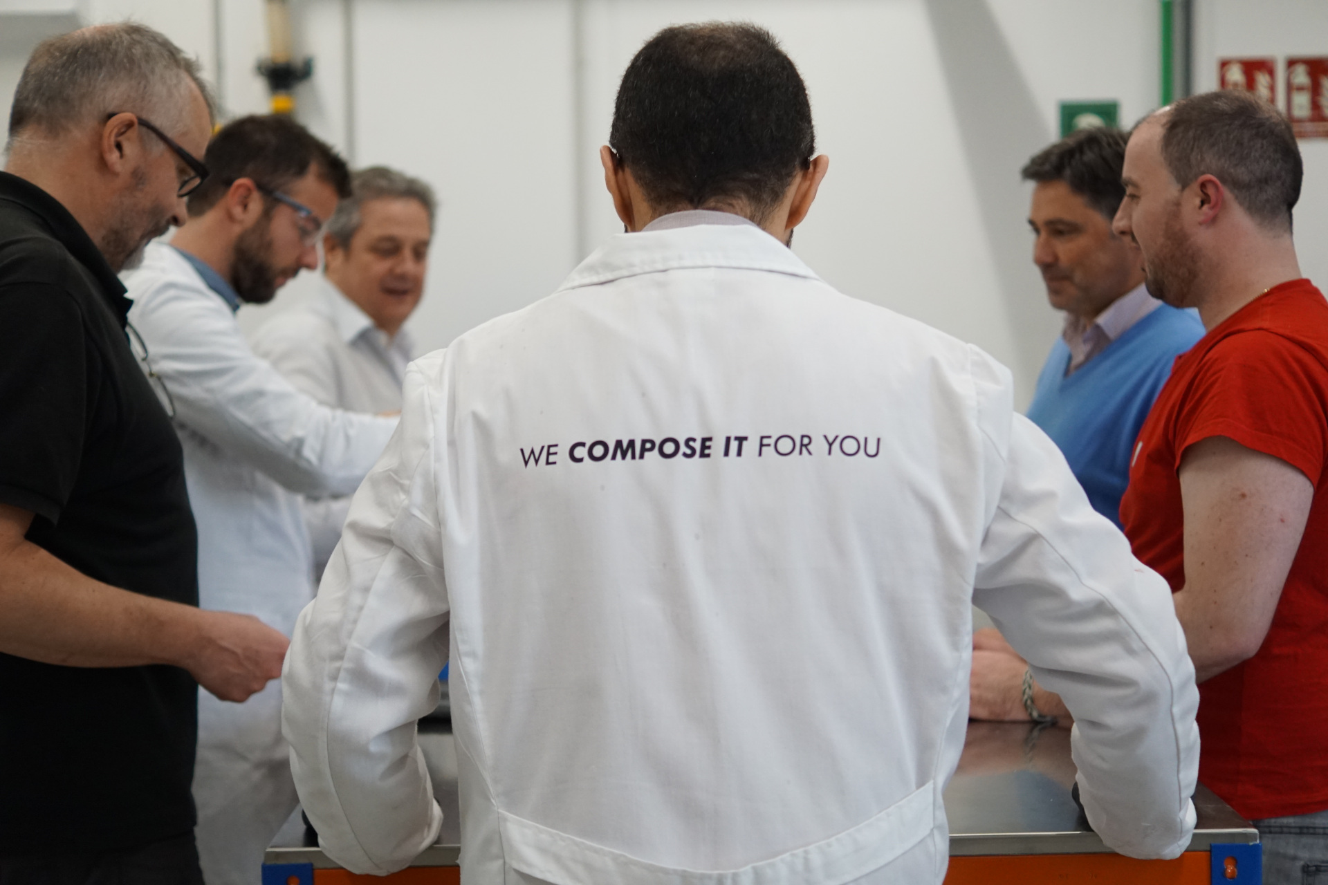 Científico de Acrystal con su grupo